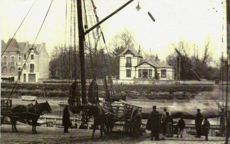 Carte postale ancienne - chargement de sel sur le quai du Pouliguen