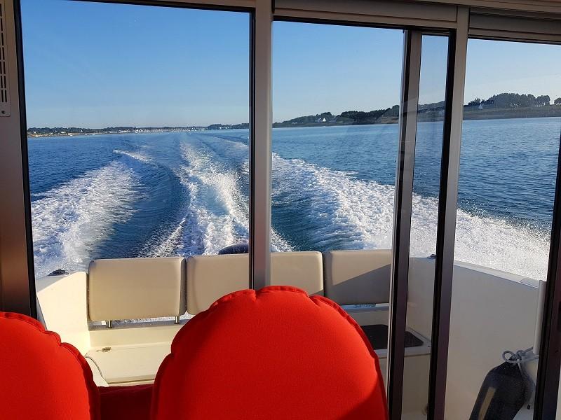 Iles et rivages - Le bateau à pleine vitesse devant Locmariaquer en sortie de la Trinité sur Mer