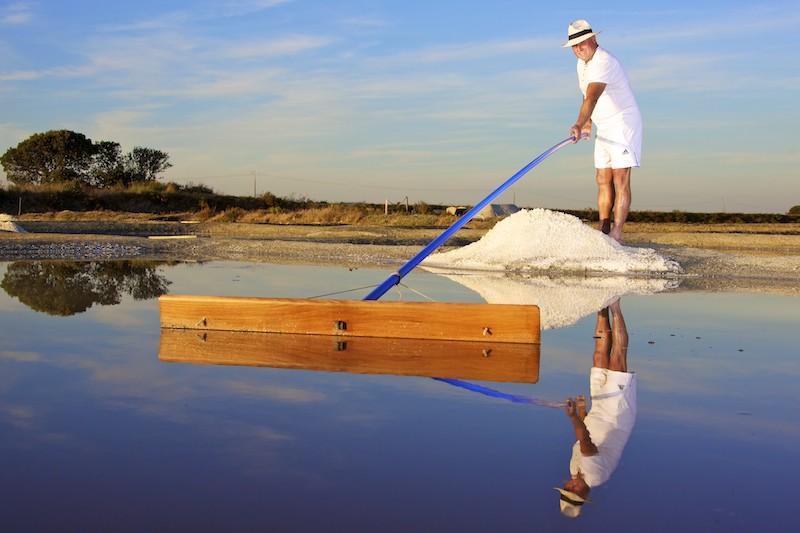 Paludier récoltant le sel à Batz-sur-Mer